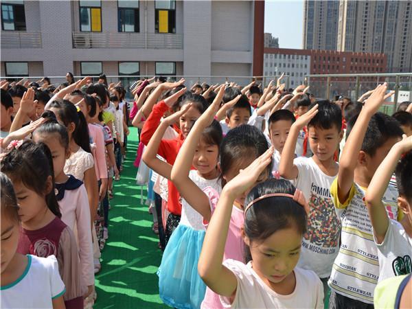 少先队员敬队礼-养成良好学习习惯,向祖国妈妈致敬郑东新区教育信