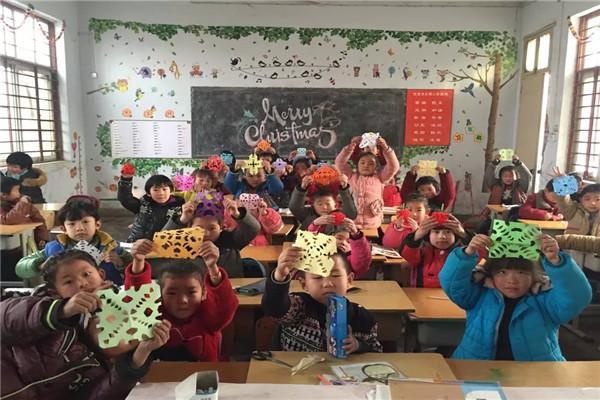 为更好地营造圣诞节的氛围,让学生更多地了解中西方的多元文化知识,从圣诞节前夕,白沙大陈小学的老师和孩子们一起动手创设了浓郁的校园圣诞节环境,共同构筑了一幅圣诞节的美景。 第一景:小巧手,快乐扮圣诞。 五彩绚丽的珠子平安果,美丽的雪花剪纸等等,营造出浓郁的校园节日氛围。 第二景:大型手工作品展。此次作品展围绕庆圣诞、迎新年的主题开展,孩子们用一双双稚嫩的小手真诚地表达对圣诞和新年的祝福,其中冰花剪纸、珠子平安果等作品,鲜明的色彩,大胆的想象,别出心裁设计,格外引人注意。本次作品展体现了不同的设计风格,