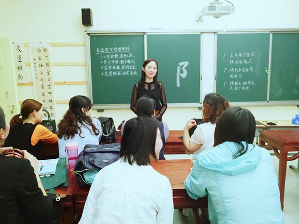 郑东新区音乐教研员邓洁琼老师组织微型课比赛