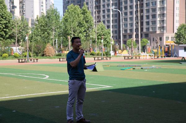 郑东新区体育教研员张金龙老师主持活动