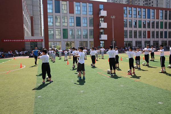 二七区兴华小学体育教师阎彭涛所执教的《脚背正面运球》