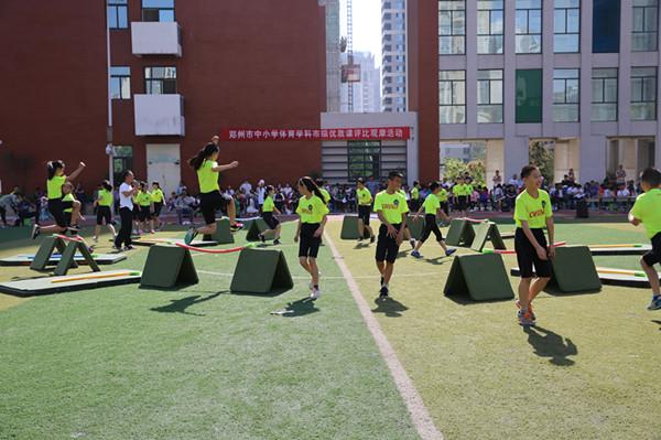 金水区优胜路小学体育教师李龙所执教的《跨越式跳远》