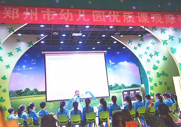 幼儿专注欣赏闫颖老师带来的藏族舞蹈