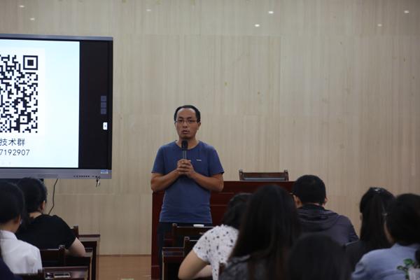 信息技术教研员王会杰老师在培训