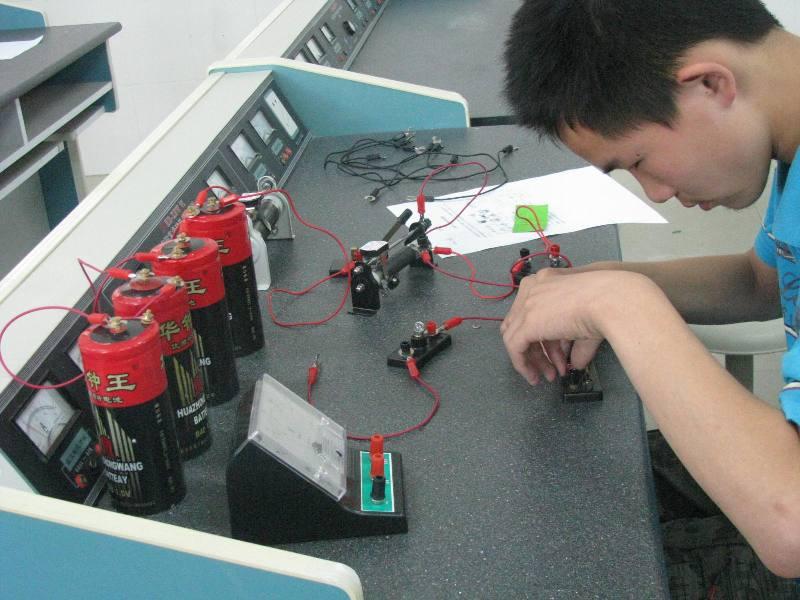 学生正在进行物理实验操作