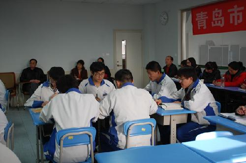 学校邀请青岛经济技术开发区实验初中的五位老师,分语文,数学,英语,数