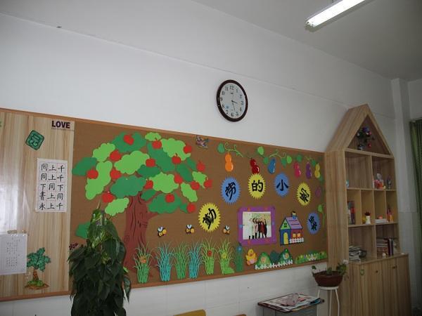 班级背景墙展示  教师办公室展示墙面  走廊班级外墙展示  走廊教师办公室展示区域 为了给同学们营造一个充满童趣和富有教育意义的成长环境,发挥环境育人的教育功能。2016年5月,郑州市郑东新区康平路第二小学的老师和学生们对学校走廊、教室等地的环境进行了新的创设。 过程中,师生共同参与,他们用智慧的头脑、灵巧的双手,巧妙构思、精心布置。对主题背景、墙饰、走廊、作品栏等各个方面都进行了再创设,布置出一副副创意新颖、美观生动、童趣横生的主题画面。经过师生们的精心打造,学校环境再展新风貌。 这次活动不仅更新了教