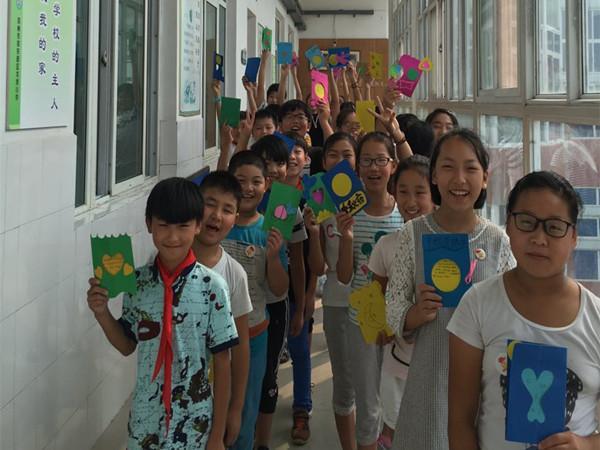 一年级同学收到六年级哥哥姐姐贺卡的喜悦 中秋佳节到来之际,郑东新区龙岗小学举办中秋特别活动,带领孩子们感受中国传统文化的独特魅力。9月14日下午,一年级到六年级每个都开展的形式丰富的班队会活动。 一年级的同学在老师的带领下一起讲中秋故事,品中秋文化;二年级学生开展的中秋朗诵活动引来了不少教师的参与;毕业班的六年级同学在美术老师陈盈的带领下为一年级同学制作了精美的贺卡,表示了对一年级新同学的关怀,活动中六年级同学表示会在今后的学习生活中帮助低年级的学弟学妹。活动中,整个龙岗小学洋溢着中秋的喜悦和同学之间浓