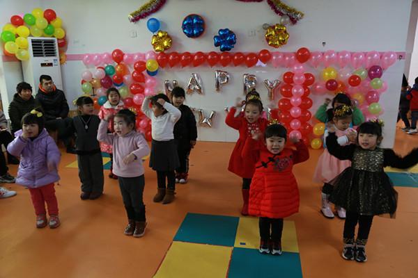 小班孩子带来可爱的舞蹈表演