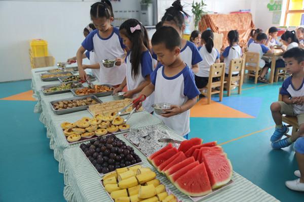 孩子们们开心的自主选餐
