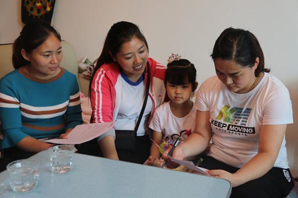 家访中,教师与家长亲切交流