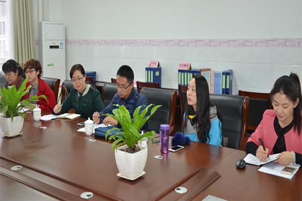 普惠路第二幼儿园园长王艳娟向检查组