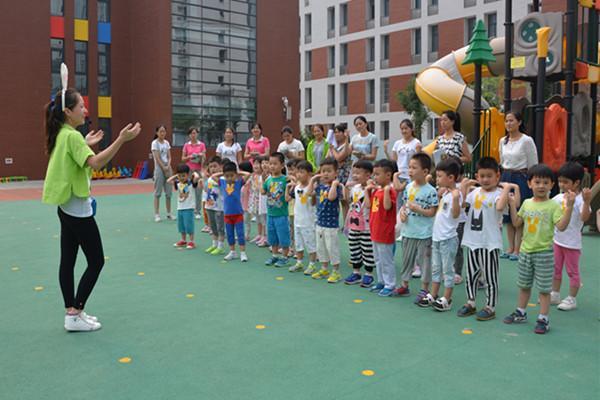 普惠路第二幼儿园开展青年教师体育游戏活动评比郑东