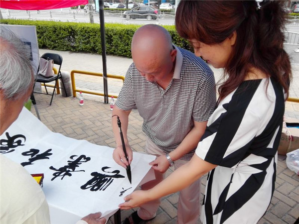 郑东新区教文体局副局长王丽萍参与现场活动