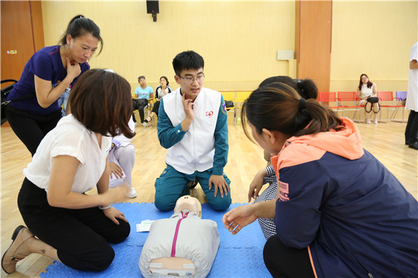 急救团队进行成人心肺复苏技能讲解