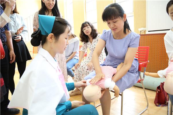 急救团队进行儿童心肺复苏技能讲解