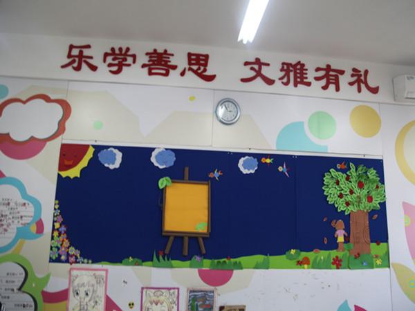 """设计主题鲜明,合理整洁,美观大方,充分体现了实效与特色,契合了学校"""""""