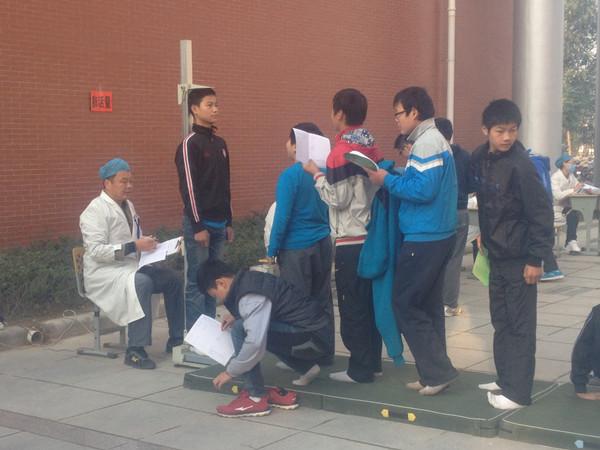 学生正在测量身高