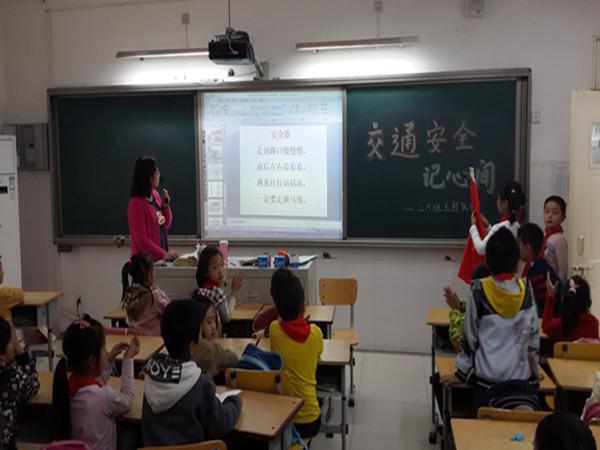 辅导员老师组织学生上班会课