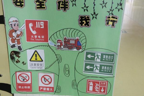 每个班级都在门口设立消防安全知识版块,幼儿观看了图片,进行了消防图片