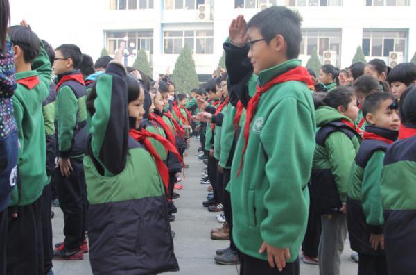 新老少先队员互敬队礼-少先队举行新队员入队仪式郑东新区教育信息网