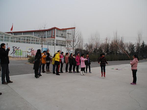 孩子们在展示花样跳绳