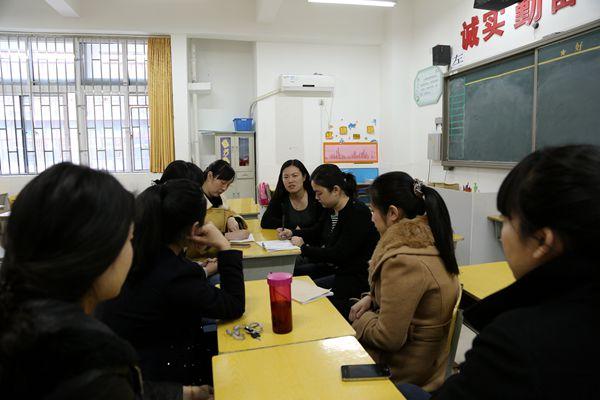 一八班王璐老师分享班级管理经验  现场观摩细节管理  教导处郑冬芳主任提出教学管理要求  德育处提出班级常规管理要求 为规范班级管理,培养学生良好行为习惯,聚源路西校区举行一年级班级常规管理观摩。3月20日下午,在德育处安排下,全体一年级教师教师齐聚一室,首先聆听了一八班王璐老师的班级管理经验分享,然后观摩了一八班集体活动管理细节现场展示。之后,全体教师在座谈会上交流了自己的所见所感,教导处和德育处分别针对各自管理方面的班级管理要求,对班主任及副班主任提出了具体要求,希望班主任和副班主任有效沟通交流,为
