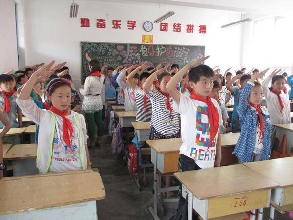 老师演示正确的行队礼方式-畅和街小学开展 红领巾相约中国梦 少先队