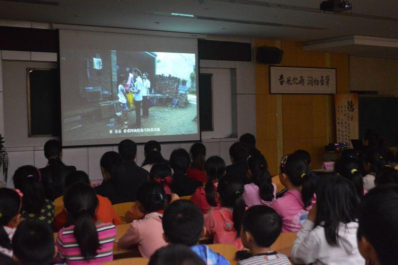 观看留守儿童微电影
