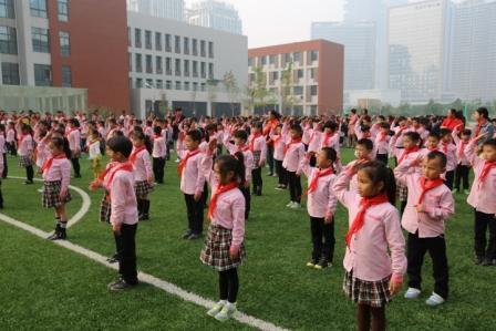 全体少先队员敬队礼-红领巾,我的中国梦 建队节新生入队仪式郑东新