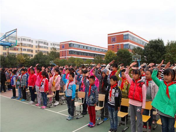 少先队员敬队礼-龙子湖小学隆重举行 红领巾相约中国梦 核心价值观记