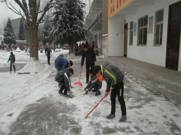 家长扫雪忙 师生上课齐郑东新区教育信息网图片