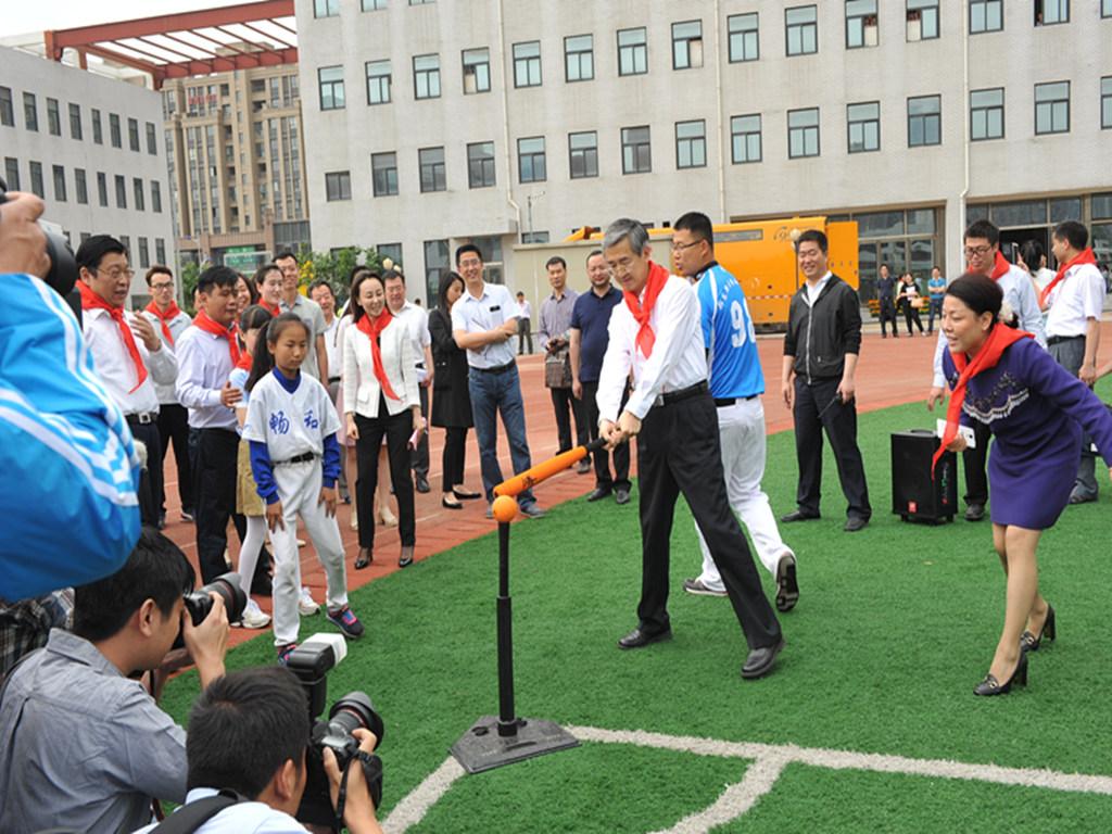 v冰球软式棒垒球_冰球中国副本女子集训队集训出国图片