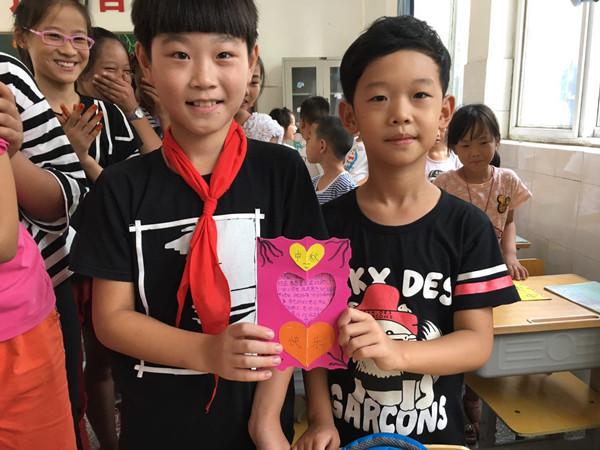 哥哥姐姐综合美国_一年级同学收到六年级哥哥姐姐贺卡的喜悦_副本