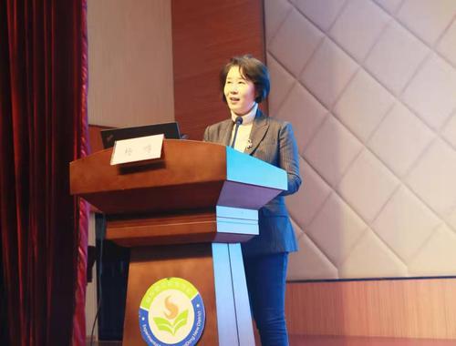 郑东新区教研室负责人杨鸣主持会议