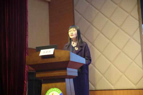郑东新区龙翼小学校长吕君莉做经验分享