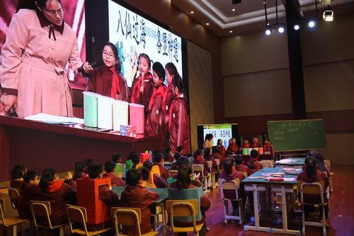 郑东新区康宁小学潘萍老师展示项目课《一起帮垃圾找家》